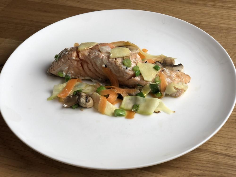 Saumon en papillotte et légumes garnis